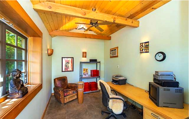 Detached office. Courtesy of Joe Reichling – Sotheby's Realty
