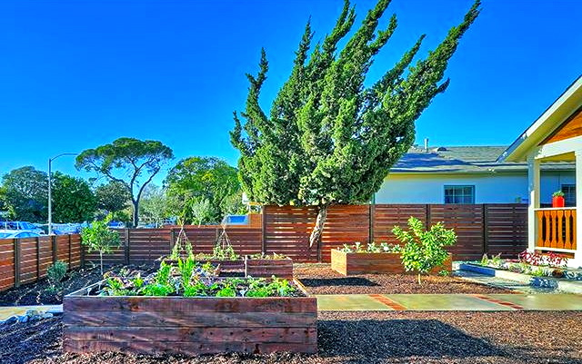 Front yard with planter boxes. Courtesy of Tracy Do, John Aaroe Group
